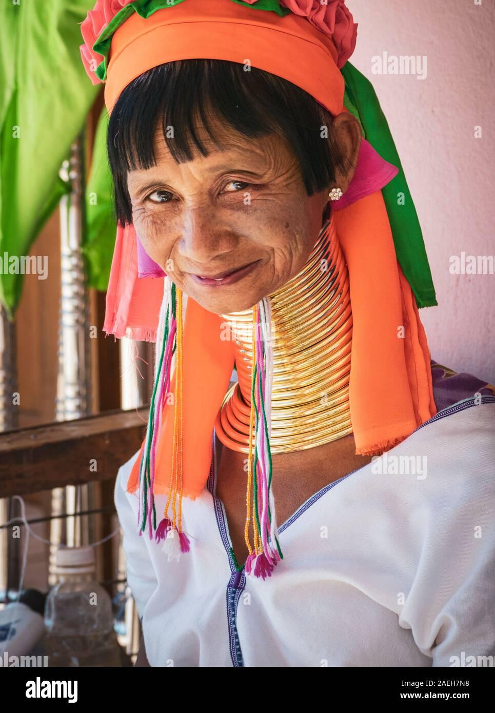 Retrato de una mujer de la tribu eldery Kayan vistiendo ropa tradicional y latón cuellos en Pan, aldea de Pet de Loikaw, Myanmar. Foto de stock