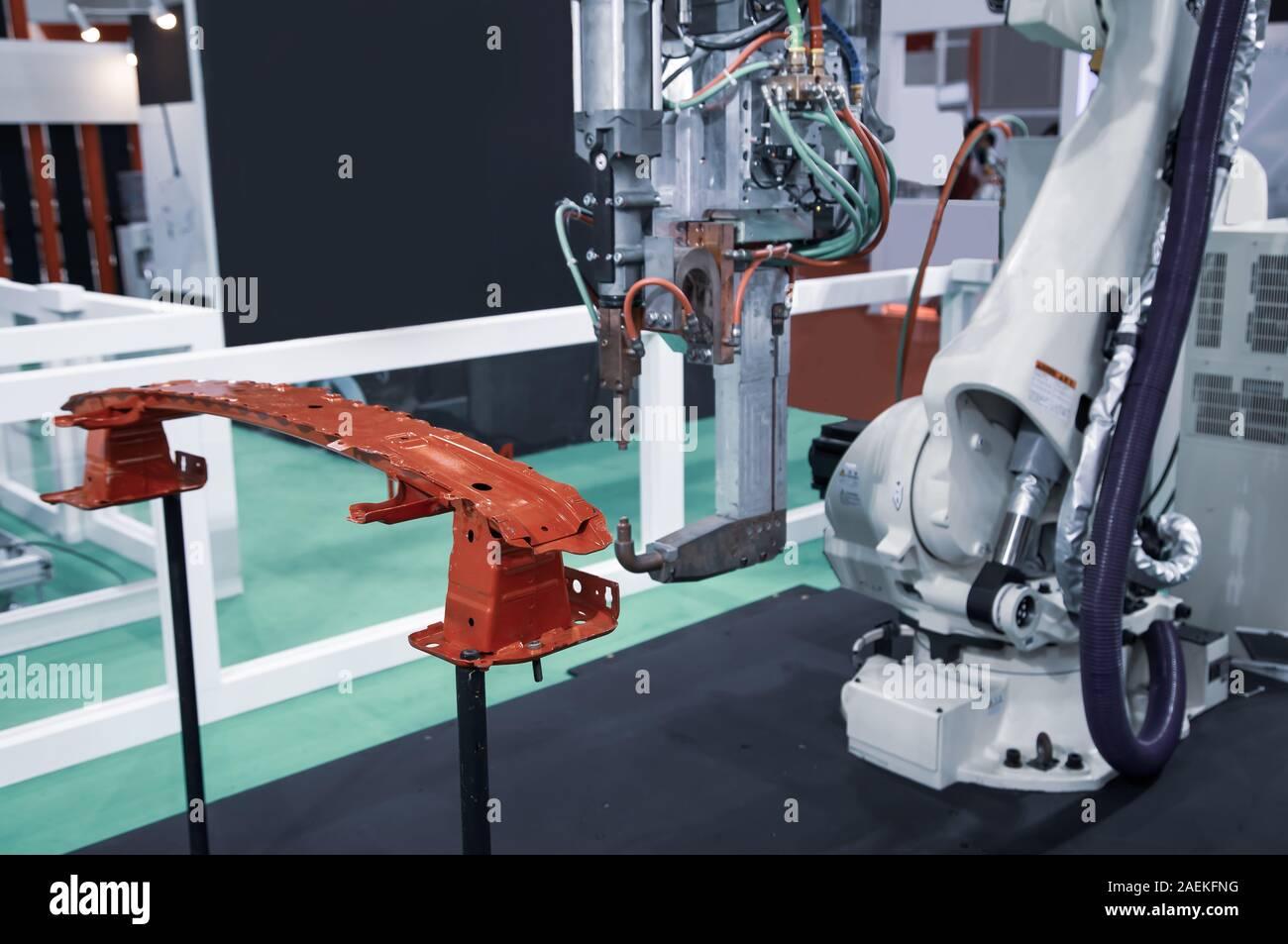 Brazo robot de soldadura por demostrar las piezas del coche Foto de stock