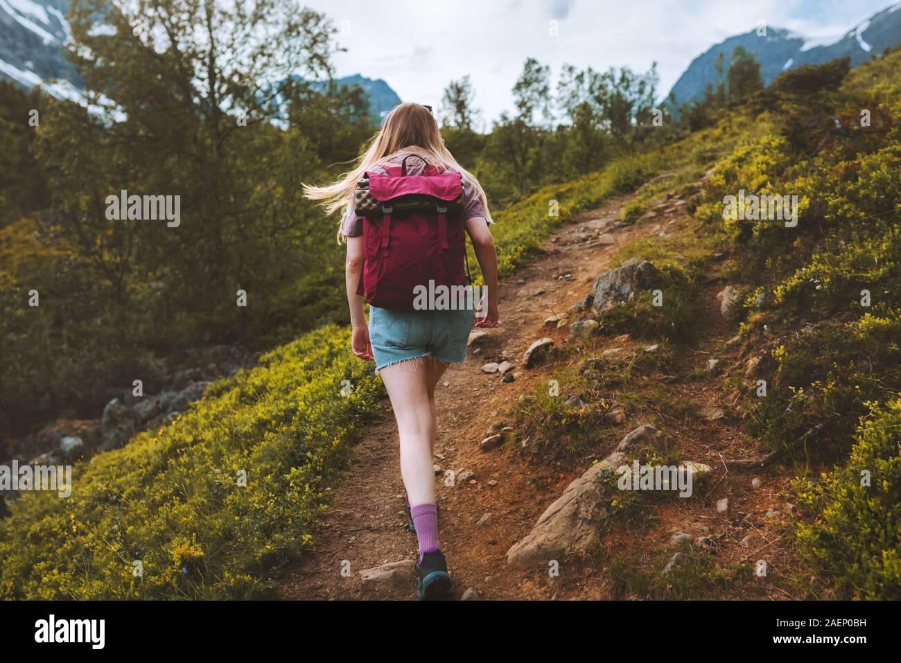 Mujer senderismo turístico solos en las montañas con mochila de aventura al aire libre en verano en el estilo de vida activo y saludable trekking en Noruega Foto de stock