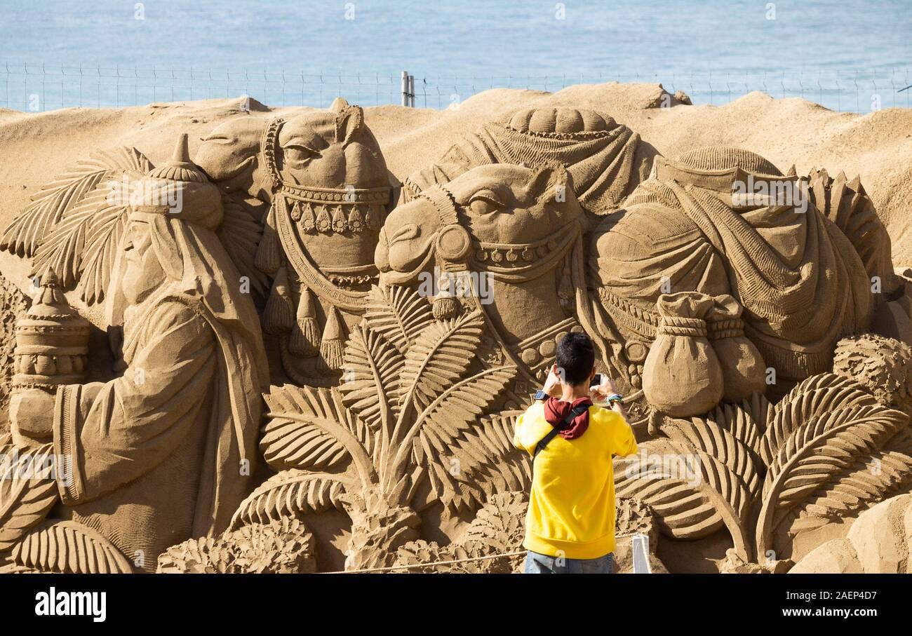 Las Palmas de Gran Canaria, Islas Canarias, España. 10 de diciembre de 2019. Belén enorme escultura de arena en la playa de la ciudad de Las Palmas, capital de Gan Canaria. Crédito: Alan Dawson /Alamy Live News Foto de stock