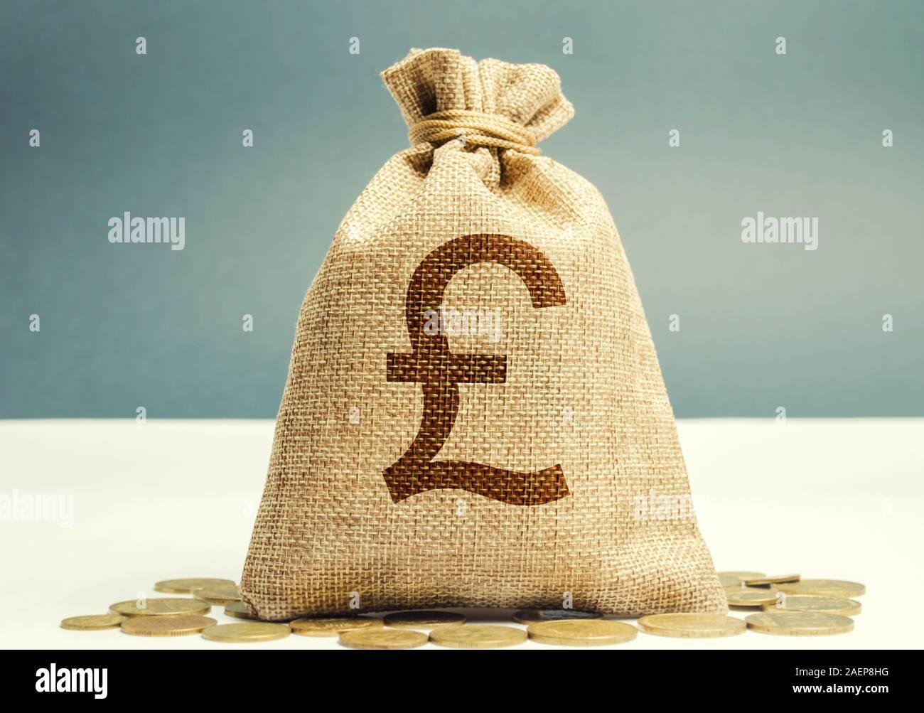 Bolsa de dinero con monedas. Concepto de ganancias y finanzas. Presupuesto, salario, ingresos. Distribución de dinero y ahorros. Libra esterlina. Foto de stock