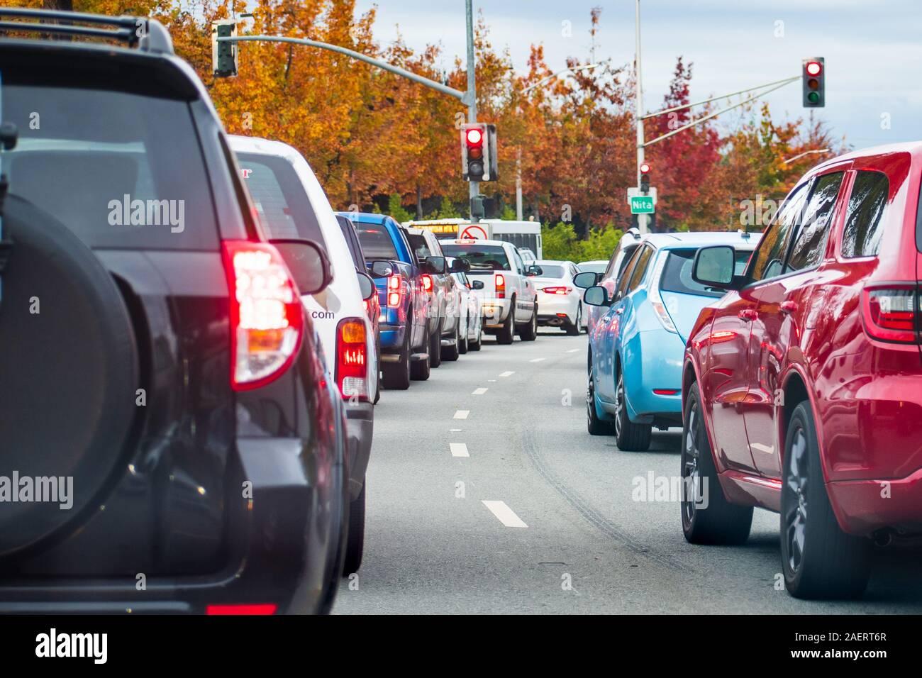 Por la tarde el tráfico pesado en Mountain View, Silicon Valley, California; los coches se pararon en un semáforo Foto de stock