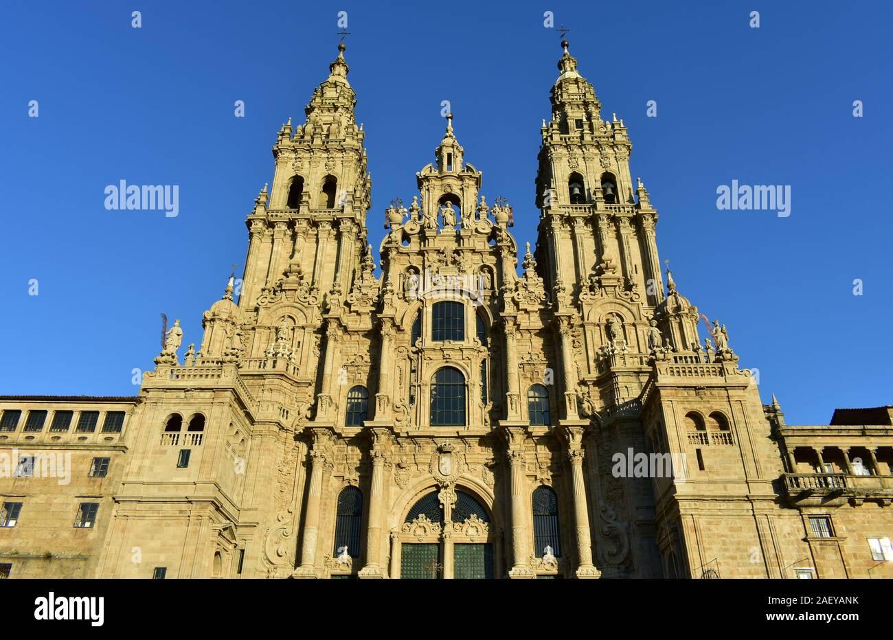 Catedral con la luz del atardecer y el cielo azul. Vista desde la Praza do Obradoiro. Santiago de Compostela, España. Foto de stock