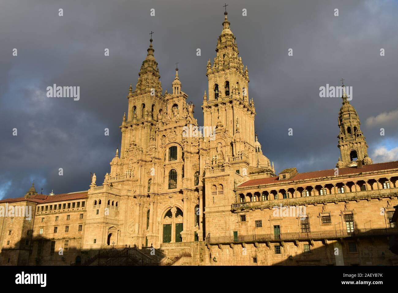 Catedral con la luz del atardecer en un día lluvioso. Vista desde la Praza do Obradoiro. Santiago de Compostela, España. Foto de stock