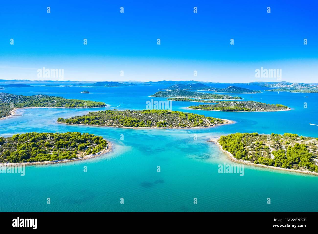 Costa Croata, pequeñas islas en el archipiélago de Murter, vista aérea de las bahías turquesa de drone, paraíso turístico en el mar Adriático Foto de stock