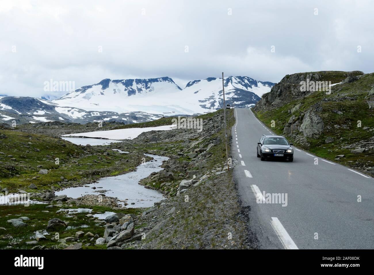 La conducción del automóvil en la carretera de montaña Sognefjell en Parque Nacional de Jotunheimen, Noruega Foto de stock