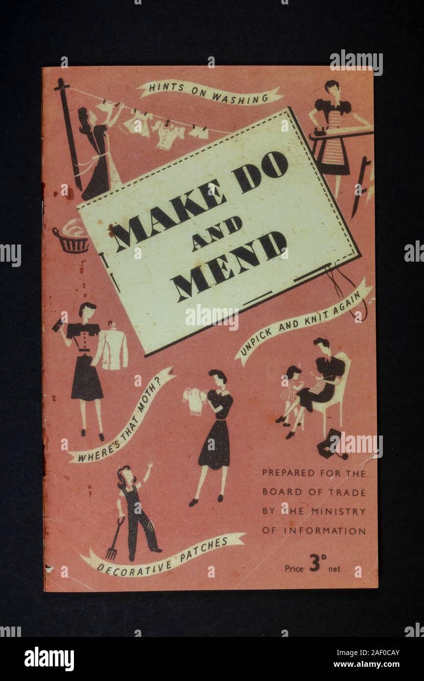 Folleto 'Make Do and Mend', una pieza de la Segunda Guerra Mundial réplica de recuerdos relacionados con la vida de la Segunda Guerra Mundial en el Reino Unido. Foto de stock
