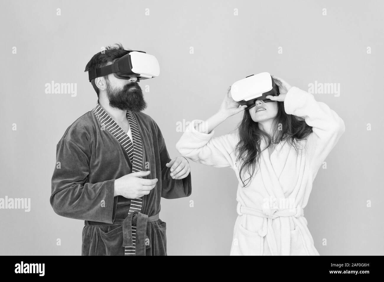 Chica y man hipster relájese en albornoz. El futuro es ahora. digital pareja. La innovación en las relaciones familiares. Crea tu realidad. mundo de immagination. Familia par llevar gafas de VR. Esto es genial. Foto de stock