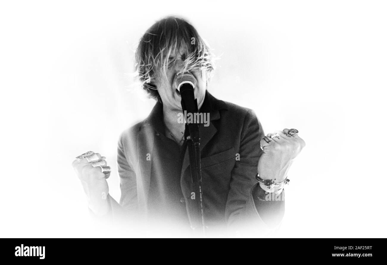 Copenhague, Dinamarca. 11 dic, 2019. La banda de punk hardcore sueco rechazó realiza un concierto en vivo en Vega en Copenhague. Aquí el vocalista Dennis Lyxzen es visto en vivo en el escenario. (Crédito de la foto: Gonzales Foto/Nikolaj Bransholm/Alamy Live News). Foto de stock