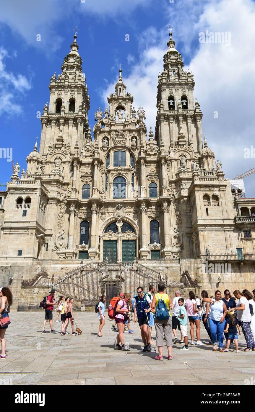 Los peregrinos tomando fotos en frente de la catedral a la Praza do Obradoiro. Santiago de Compostela, España. Aug 4, 2019. Foto de stock