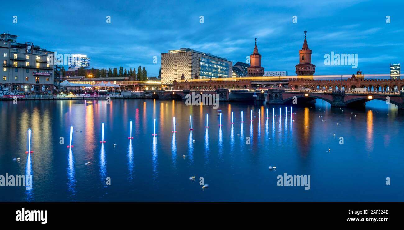 Lichtinstallation aus Neonstab-Bojen vom Künstler Rainer W. Gottemeier in der Spree entlang der ehemaligen DDR an der Grenze Oberbaumbrücke zum 30diez Foto de stock