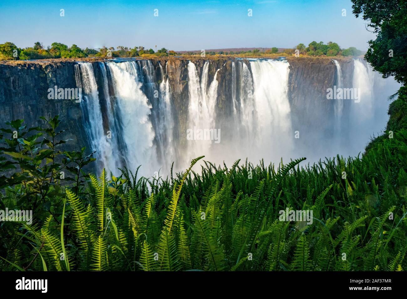 Victoria Falls, nombrado por David Livingstone en 1855 después de la Reina Victoria, la cascada formada por el río Zambezi, caer en una profundidad de 100 metros ch Foto de stock