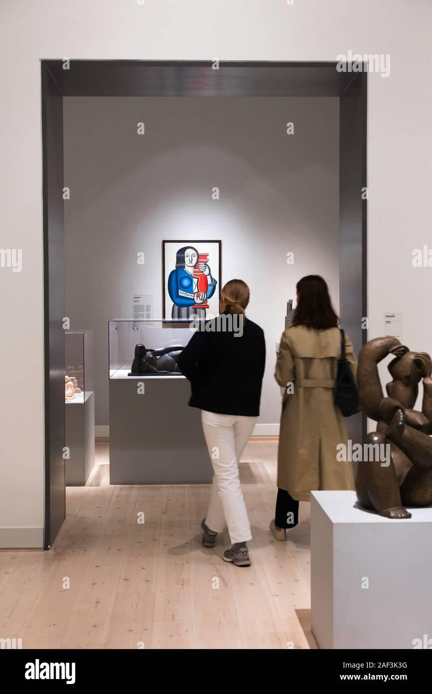 Fernand Léger arte, vista trasera de dos mujeres jóvenes acercándose a la mujer con un jarrón (1924) de Fernand Léger en el Statens Museum Kunst, Copenhague, Dinamarca. Foto de stock