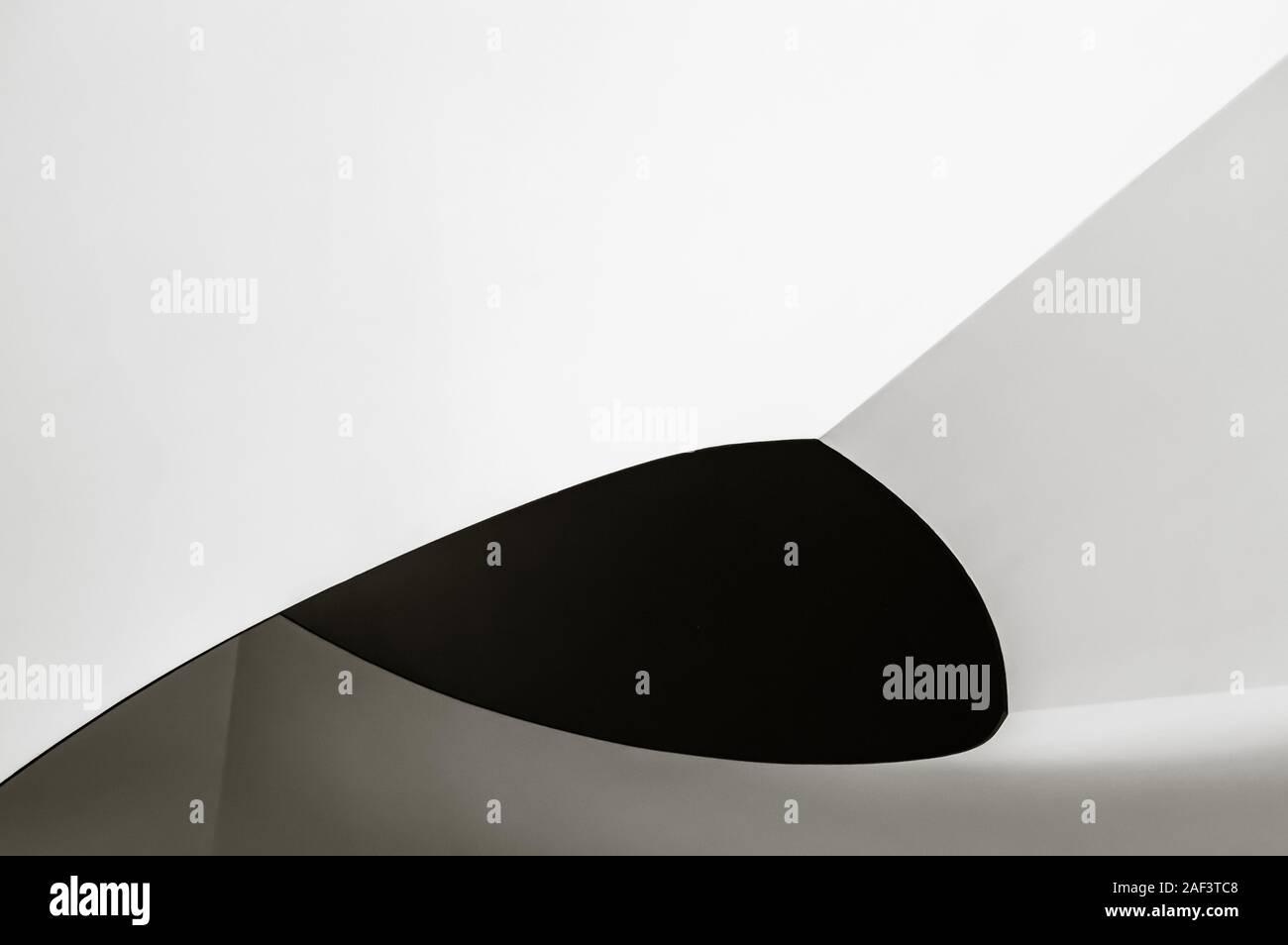 Escalera de caracol. Resumen de la arquitectura moderna. Foto en primer plano en blanco y negro del interior fragmento en relación con el progreso metafórica o developme Foto de stock