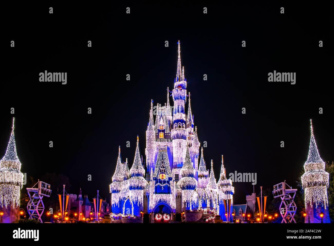Orlando, Florida. Diciembre 05, 2019 . Vistas panorámicas del Castillo de Cenicienta iluminado en temporadas de Navidad en Magic Kingdom Foto de stock