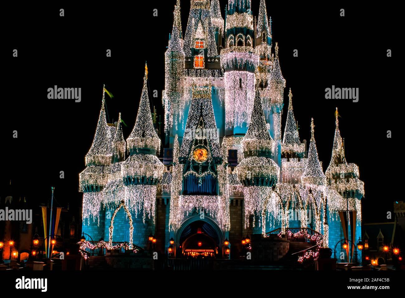 Orlando, Florida. Diciembre 05, 2019 . Vista parcial de Cinderella Castle con decoración de Navidad en Magic Kingdom Foto de stock