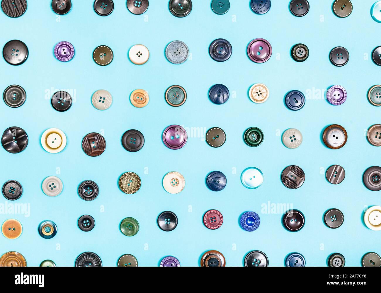 Vista superior de diversos botones organizados sobre fondo azul. Foto de stock