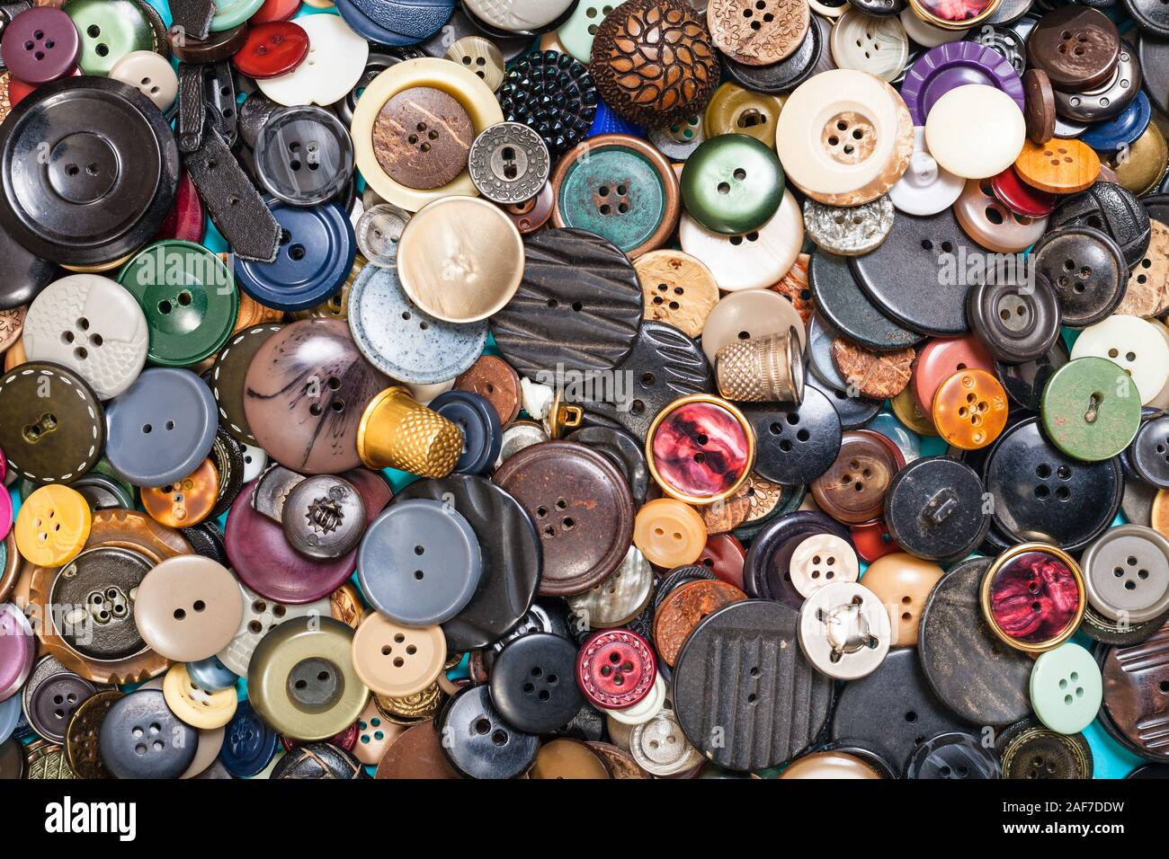 Vista superior del montón de muchos diferentes botones cerrar en azul Foto de stock