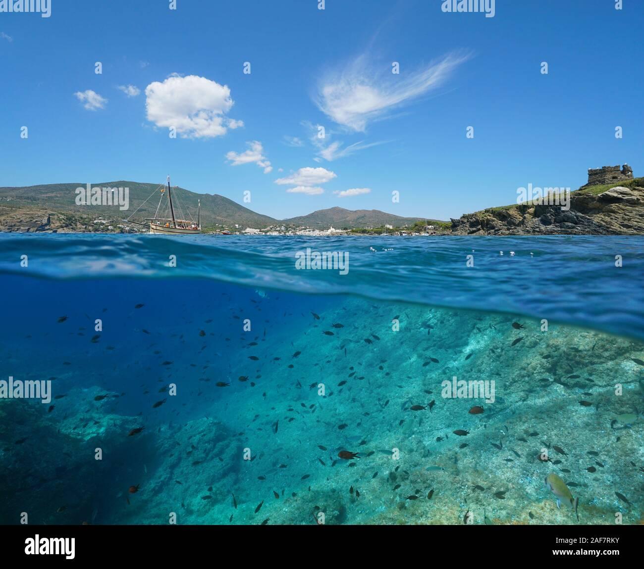 España, Mediterráneo seascape cerca de Cadaqués, costa con muchos peces en el mar, la Costa Brava, vista dividida por encima y por debajo de la superficie del agua, Cataluña Foto de stock