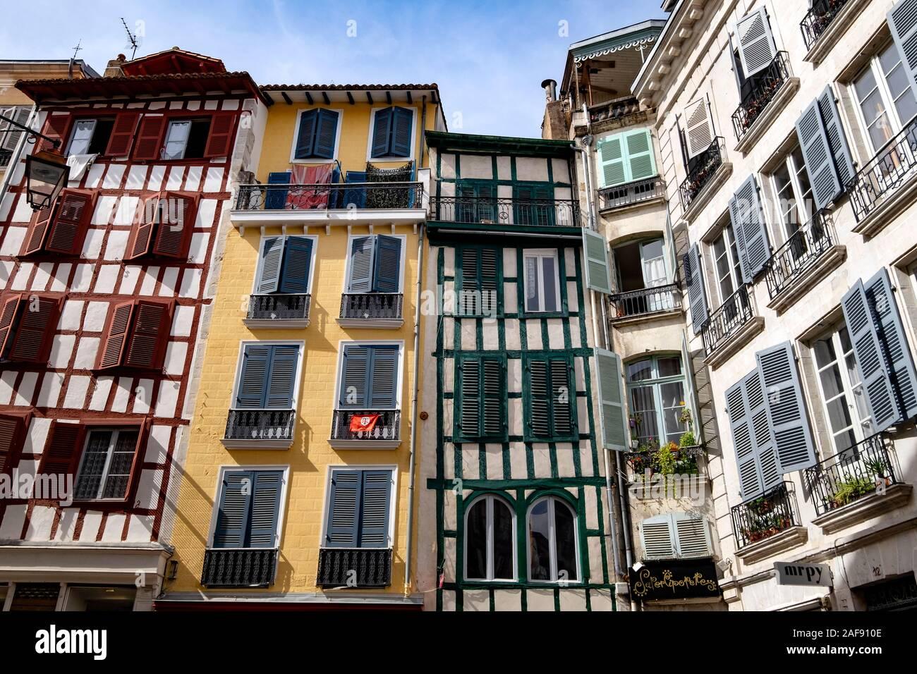 Casas tradicionales a lo largo de la Rue Argenterie, Bayona, Pirineos Atlánticos, País Vasco, Francia, Europa Foto de stock