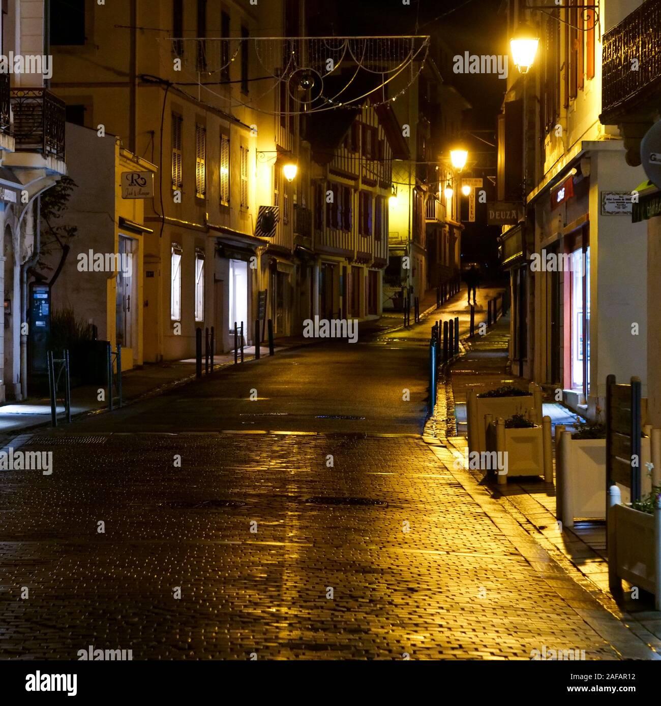 La vista de noche en las calles de Saint-Jean de Luz, Pirineos Atlánticos, Francia Foto de stock