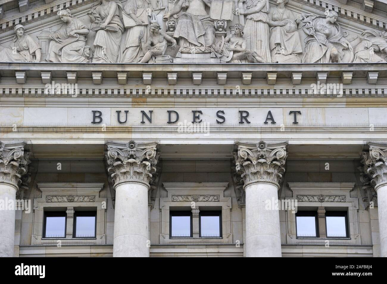 Schriftzug Bundesrat im Giebel, Tympanon ueber dem Gebaeude Hauptportal des des Bundesrat en Berlín, Alemania, Europa Foto de stock