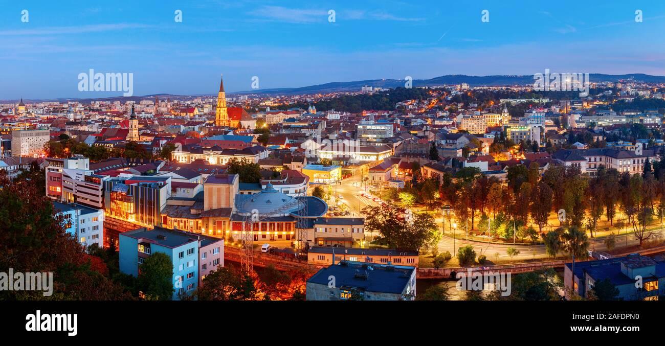Vista aérea panorámica del centro de la ciudad de Cluj Napoca durante la puesta de sol. Rumania. Foto de stock