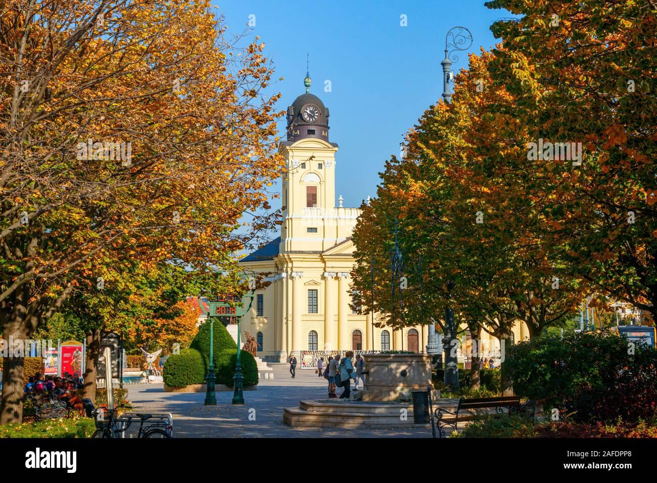 Gran Iglesia reformada en la plaza Kossuth con árboles en colores de otoño en un día soleado. Debrecen, Hungría. Foto de stock