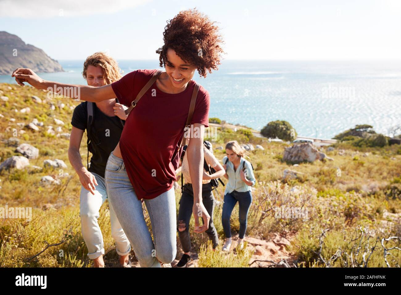 La milenaria Afroamericana principales amigos una caminata cuesta arriba por la costa, cerrar Foto de stock
