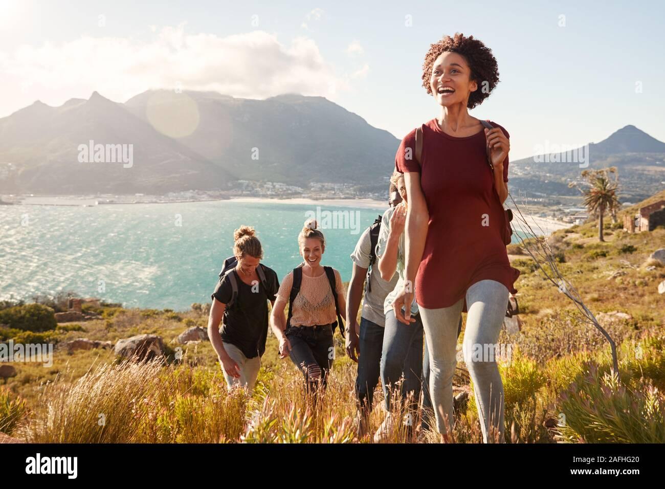 La milenaria Afroamericana principales amigos en una Caminata subiendo por la costa, cerrar Foto de stock