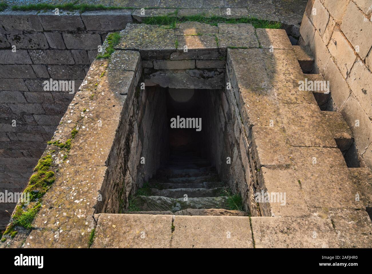 Salir desde el sótano de piedra oscura Foto de stock