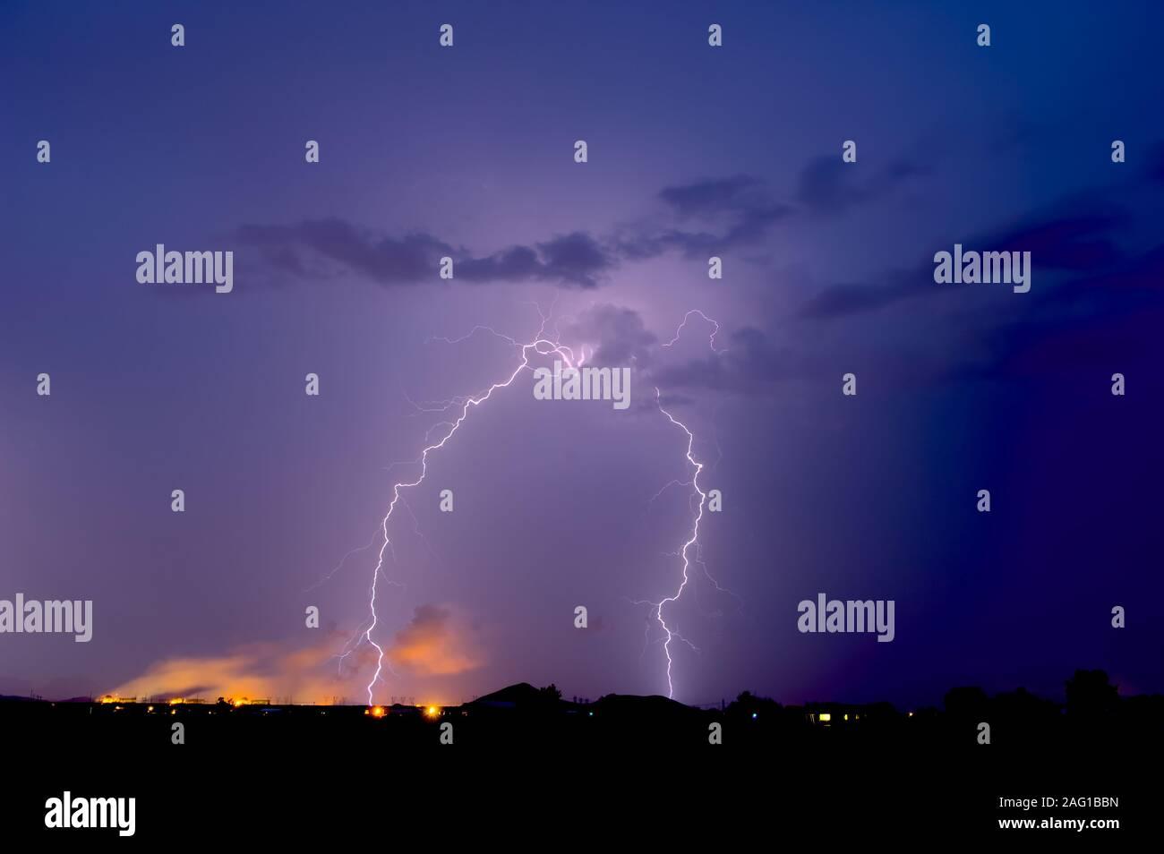 Tomadas durante la temporada del monzón de 2012, una tormenta en la estación Nuclear Palo Verde en el oeste de Arizona. Foto de stock