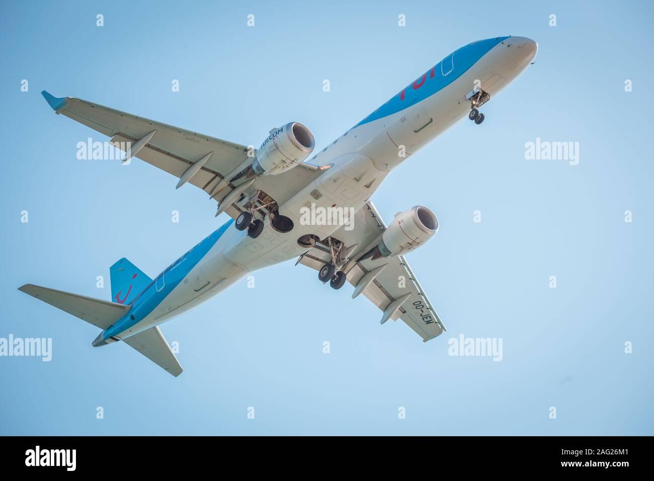 Zakynthos, Grecia, agosto de 2019: Gran Avión, probablemente TUI, con el tren de aterrizaje abajo, bajo vientre vista, durante el aterrizaje en Zakynthos International Foto de stock