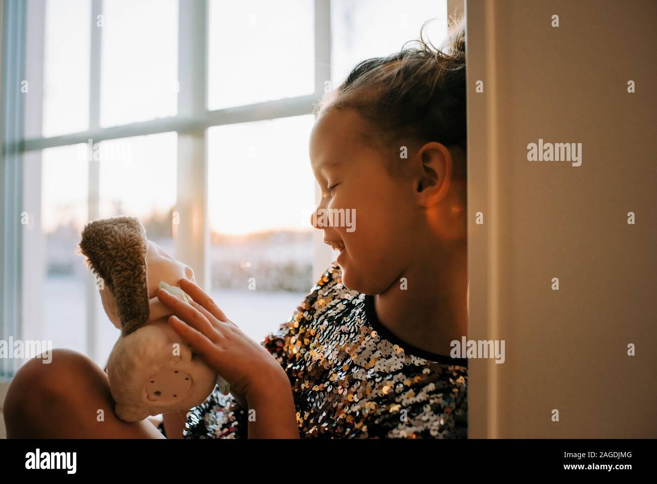 Niña jugando en casa con sus juguetes en Suecia al atardecer Foto de stock