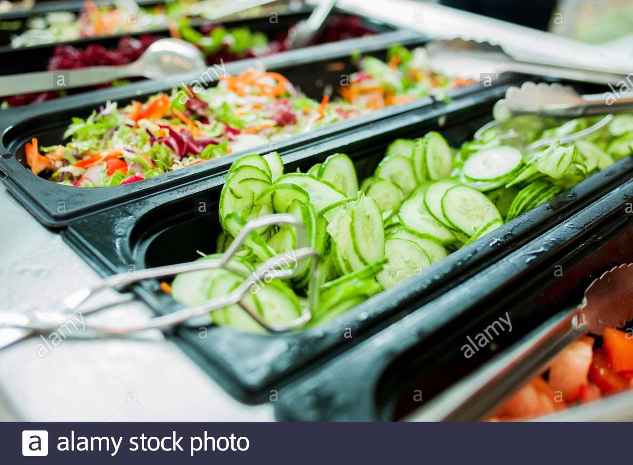 Gurke Salatbuffet mit einer Kantine und Salat en Foto de stock