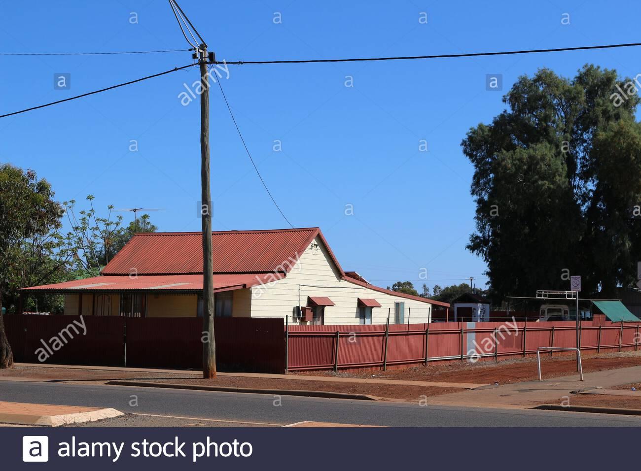 Viviendas unifamiliares casa con techo de chapa ondulada y cercado, en el oeste de Australia. Foto de stock