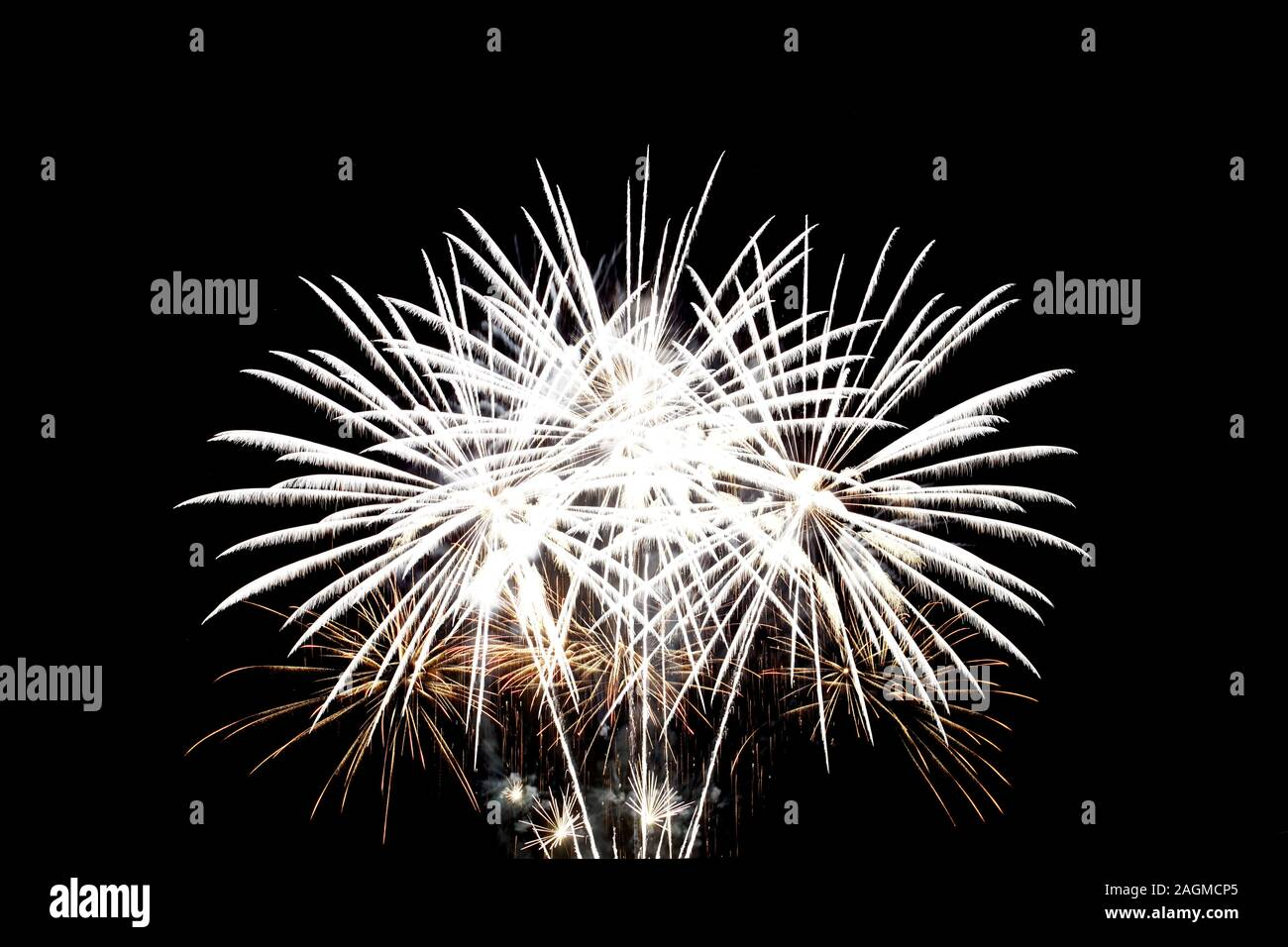 Los fuegos artificiales iluminan el cielo de la noche, celebración de concepto. Foto de stock
