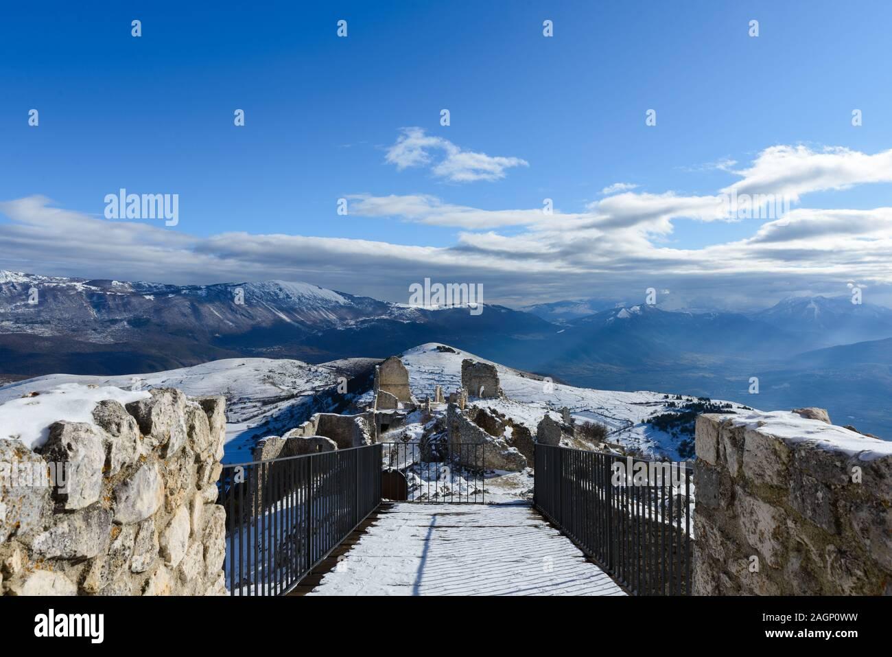 Montaña nevada paisaje visto desde la Rocca Calascio, región de Abruzzo, Italia Foto de stock