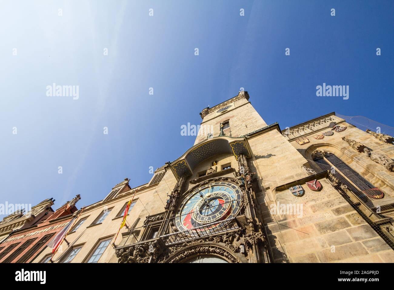 Reloj Astronómico de Praga (Prazsky orloj) en la pantalla en el viejo Ayuntamiento (Radnice Staromestska) de Praga, República Checa. es un icónico touristic Foto de stock