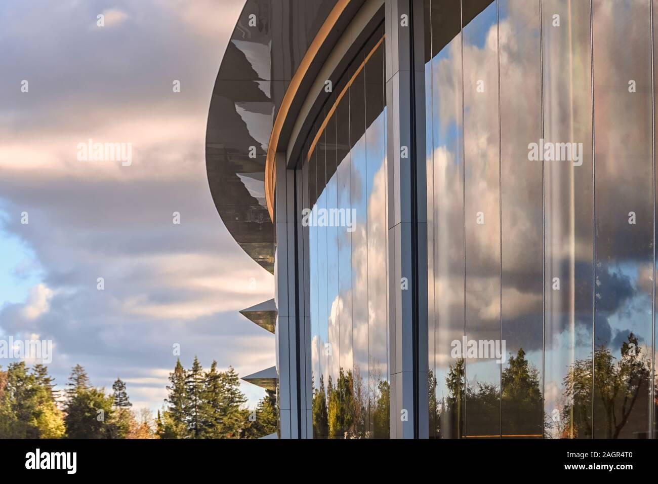 Cupertino CA EE.UU. Diciembre 14, 2019: Primer Plano de edificio de oficinas de la sede de Apple exterior. Foto de stock