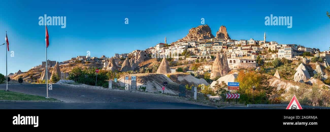 Vista de la ciudad de Uchisar. La ciudad cueva en Capadocia. Turquía es el lugar perfecto para ver globos de aire caliente Foto de stock