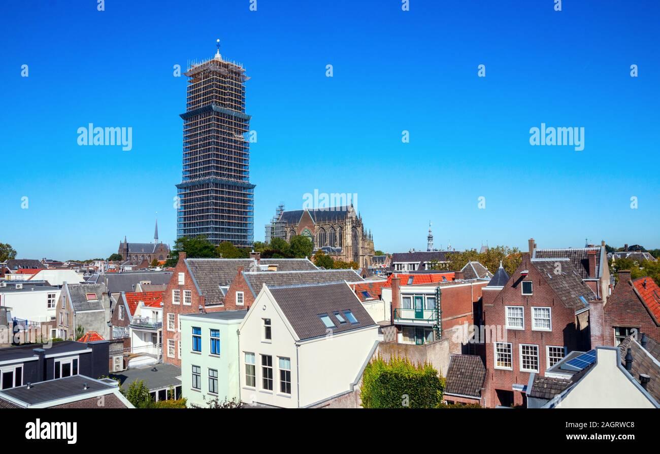 Strosteeg y la Torre de la Catedral, La Catedral de Saint Martins en un día soleado, completamente rodeado por andamios debido a trabajos de renovación. Utrecht, Netherla Foto de stock