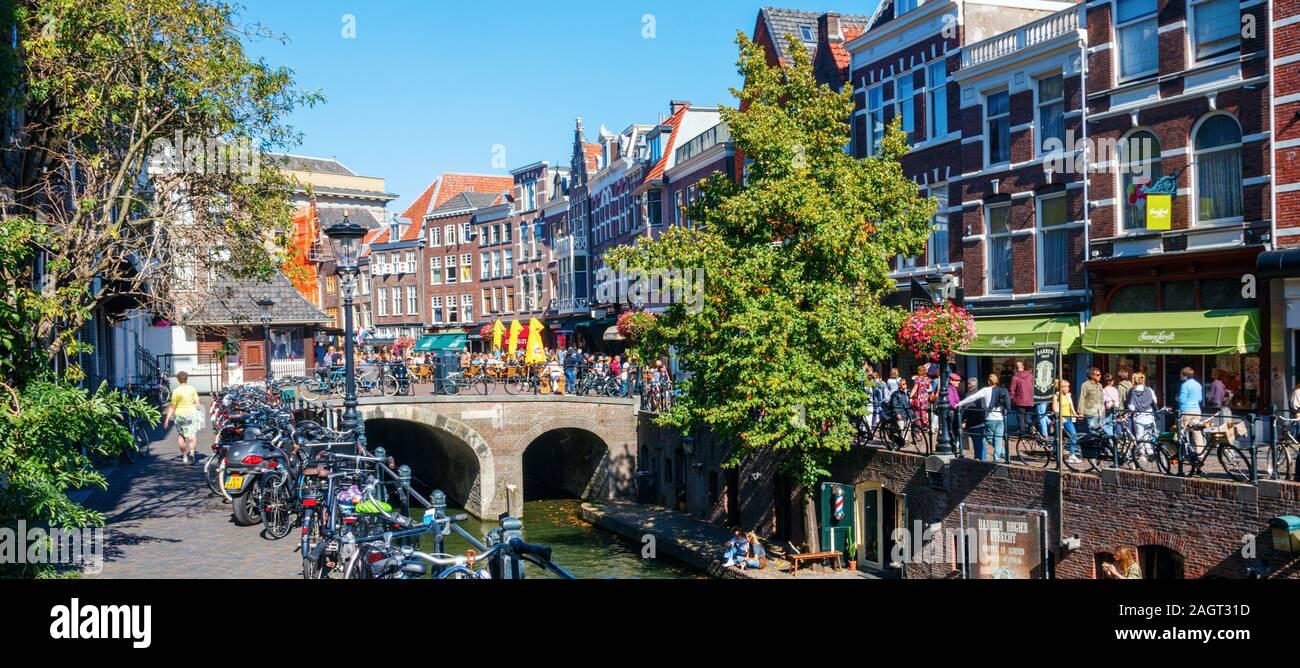 Vista panorámica del centro de la ciudad de Utrecht con el Oudegracht (antiguo canal), Vismarkt (mercado de pescado) y Kalis Kalisbrug (Puente). Los Países Bajos. Foto de stock