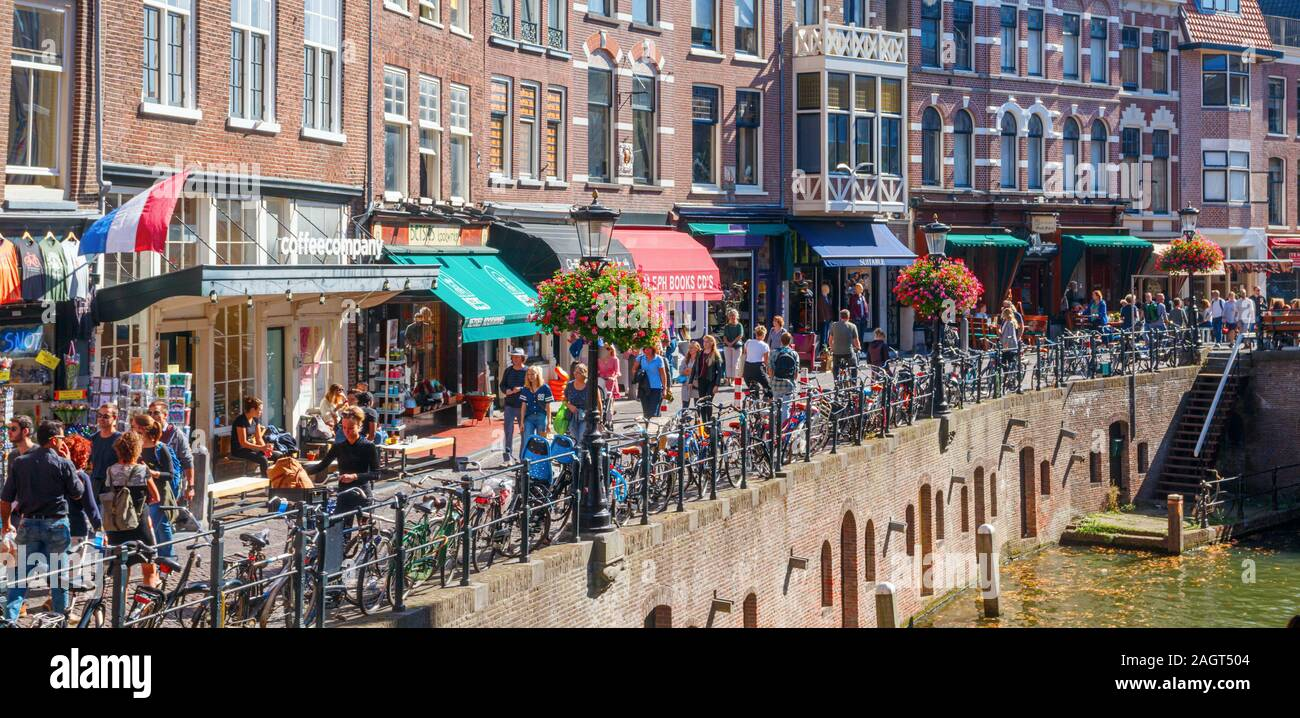 Vista panorámica del centro de la ciudad de Utrecht con los turistas en el Oudegracht (antiguo canal) y Vismarkt (mercado de pescado) en una tarde soleada. Los Países Bajos Foto de stock