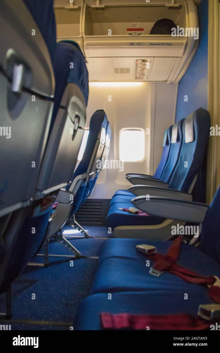 Una vista a través de una fila de asientos, a bordo de una línea aérea de pasajeros. Foto de stock