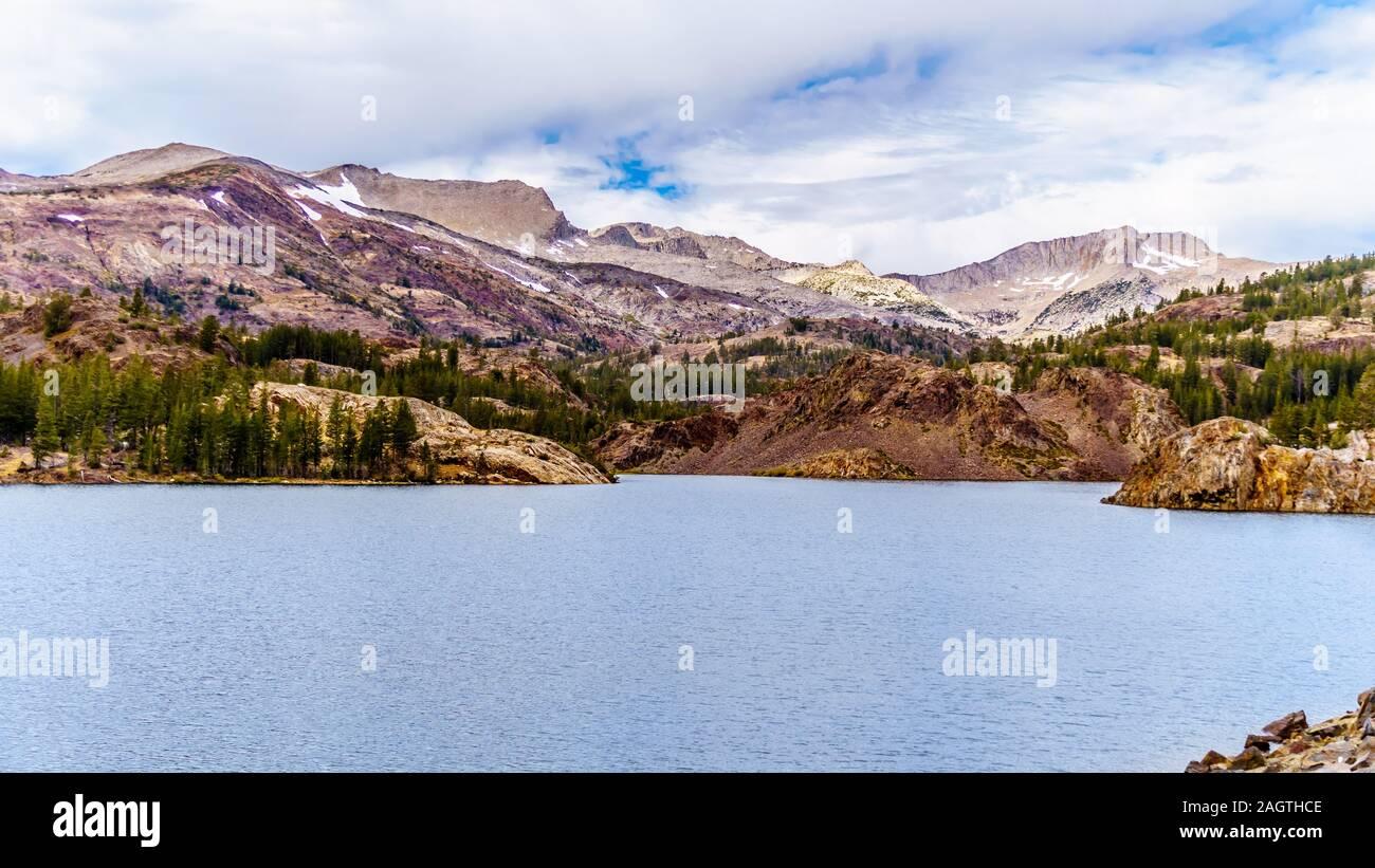 Las claras aguas del lago glacial Tioga a una altitud de 2938m en el Tioga Pass en la parte oriental del Parque Nacional Yosemite, California, Estados Unidos Foto de stock
