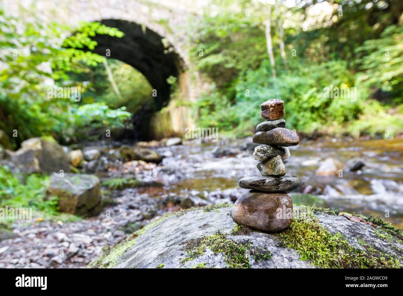 Rocas apiladas en la quemadura Banvie cerca de Pitlochry, en las Tierras Altas de Escocia como el agua dulce agua corre abajo sobre las rocas cubiertas de musgo Foto de stock