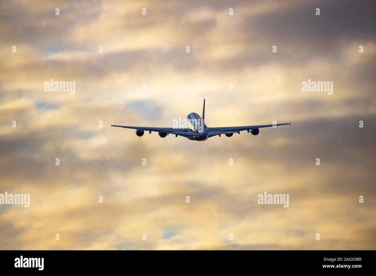 Flughafen DŸsseldorf Internacional, DHE, Emirates Airbus A380 en el momento del despegue, Foto de stock