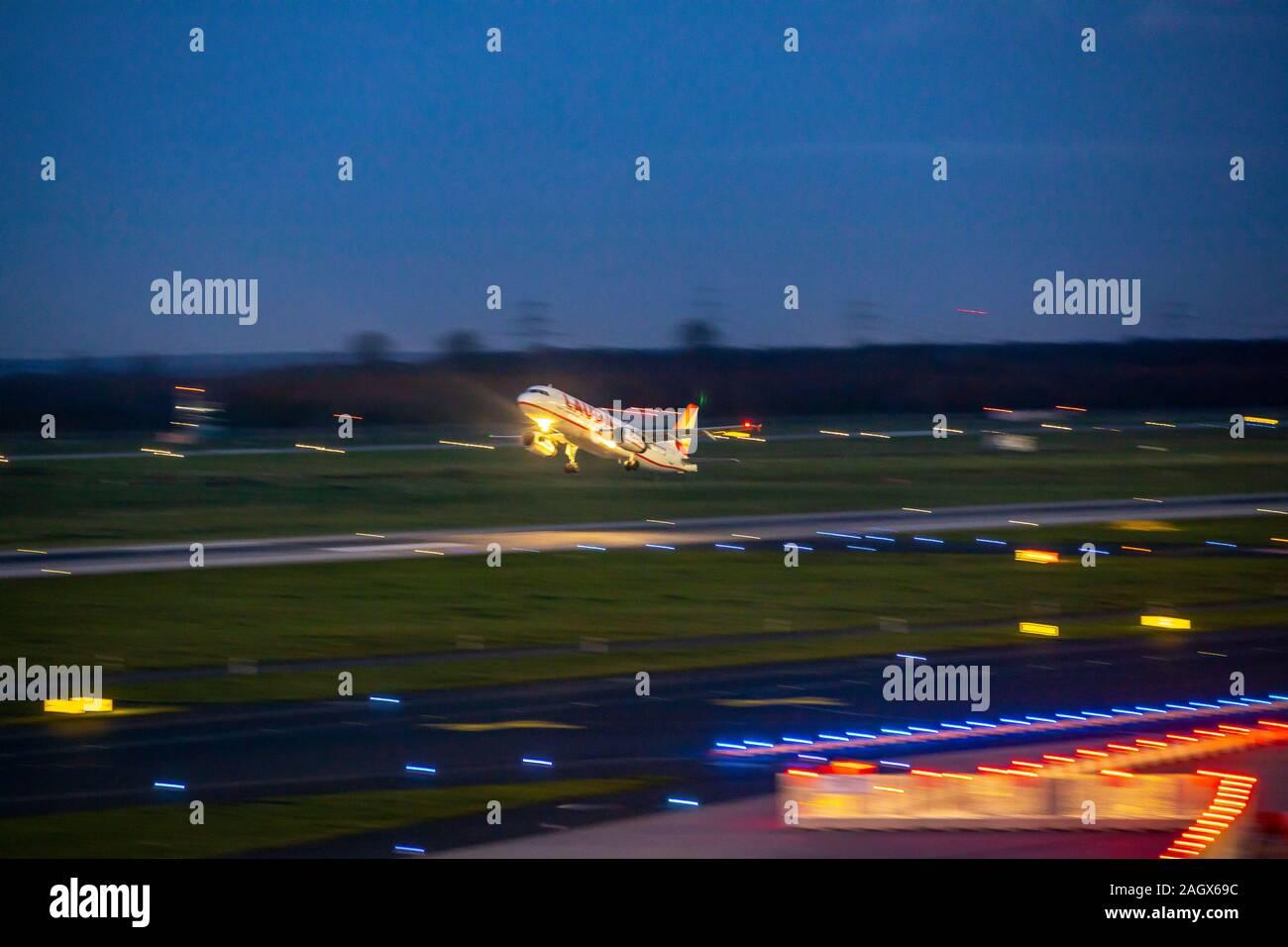 Aeropuerto Internacional DŸsseldorf, DHE, avión despegando en la noche, Laudamotion, Foto de stock