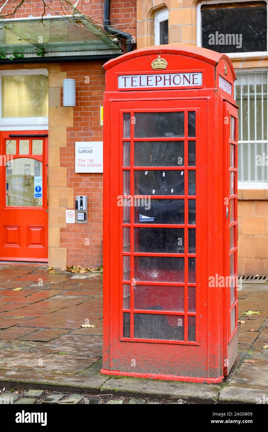 K6 cuadro telefónico, listados de grado II, la antigua estación de bomberos, Albion Square, Salford, Manchester Foto de stock